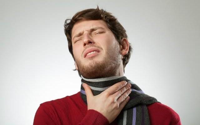 Hipolabor explica: como identificar placas na garganta de um paciente