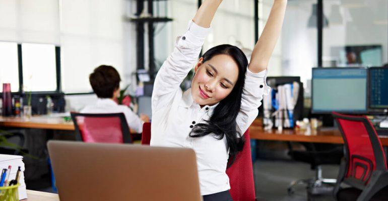 4 exercícios para fazer no trabalho e evitar problemas de coluna